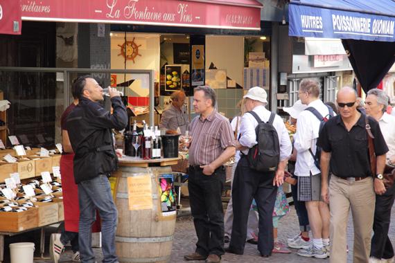 ムフタール通り 店頭でのワインの試飲会 ただ飲んでるだけのようにも